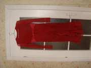 Вечернее платье красного цвета.