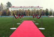 Красная ковровая дорожка и стойки барьерные