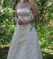 Продам дешево свадебное с красивым шитьем