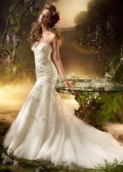 Свадебное платье из кружевного полотна со шлейфом