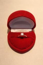 СРОЧНО продаю недорого золотое кольцо с фианитом,  16 размер