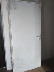 Входная деревянная дверь из новостройки